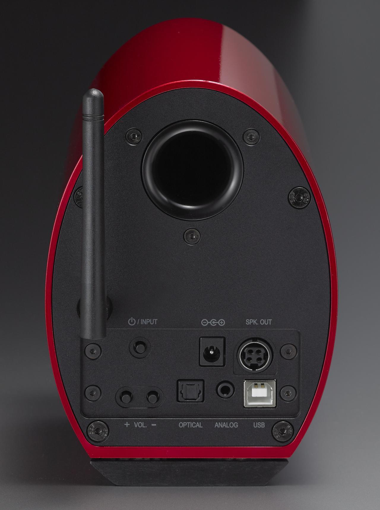 画像: 入力端子はすべて右スピーカーに用意されている。デジタル音声入力はUSBタイプBと光、アナログ音声入力は3.5mmステレオミニとなっている。右上の端子は左スピーカーとのつなぐ専用ケーブルで使うもの