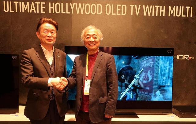 画像: TX-65GZ2000を背景に。左がパナソニック テレビ事業部 筒井俊治事業部長