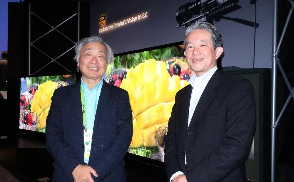 画像: 長尾氏(右)と麻倉さん。背景は8Kテレビ