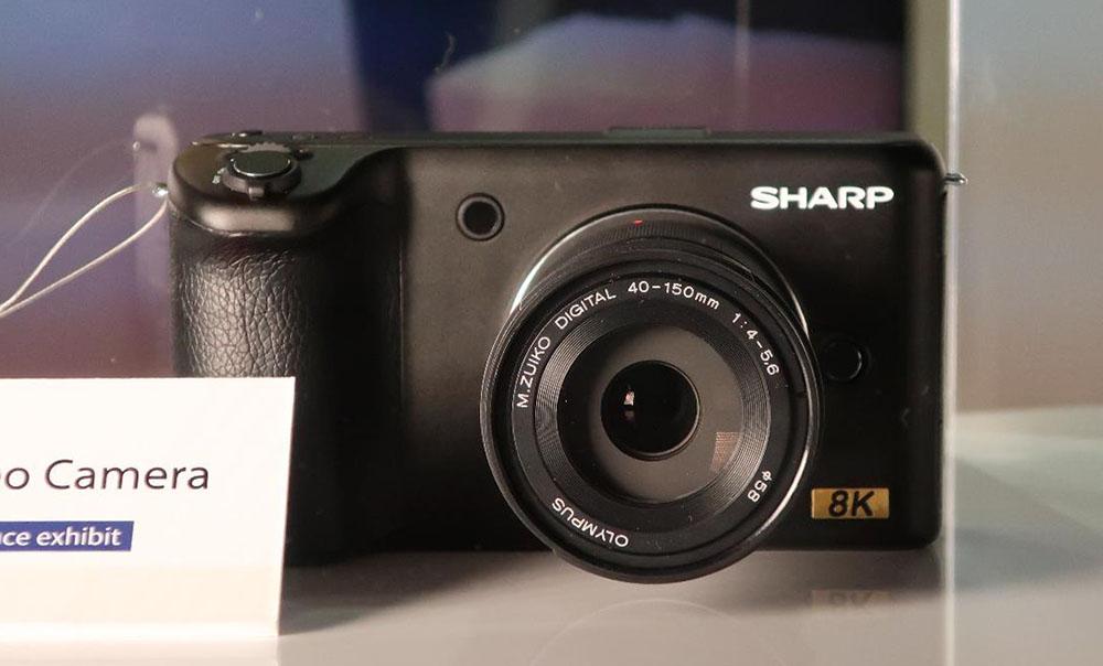 画像: プロシューマー向け8Kカメラのモックアップ。いわゆるミラーレス一眼のようなデザインとサイズだ