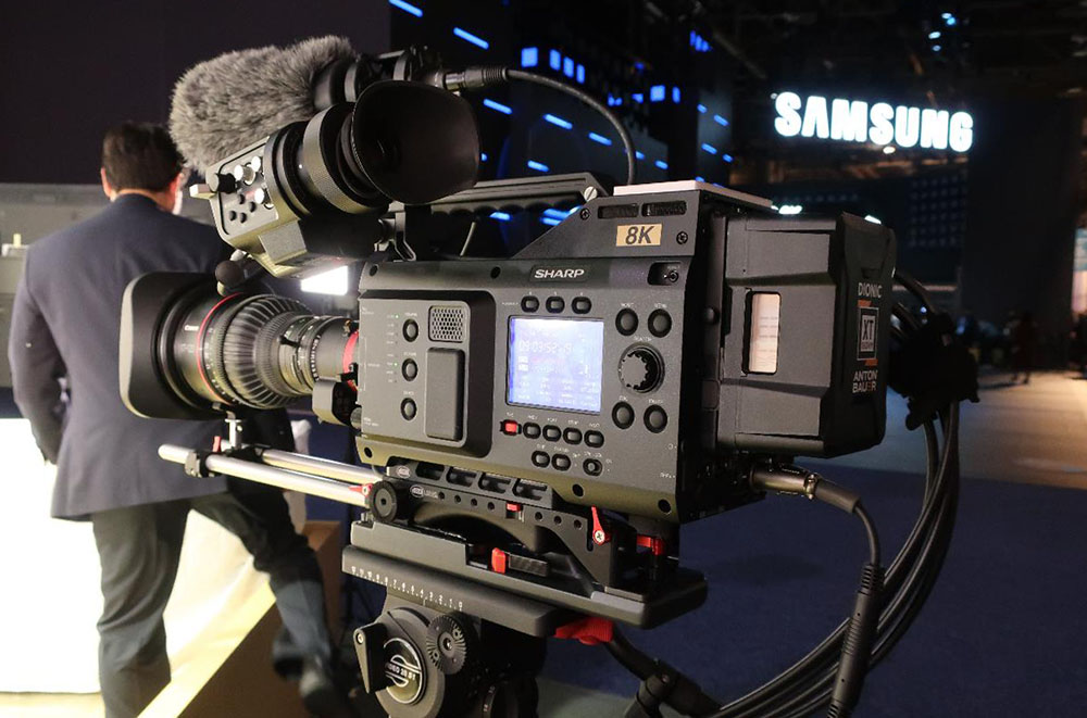 画像: 昨年に放送局、プロダクション向けのプロフェッショナル・カムコーダー、8C-B60A