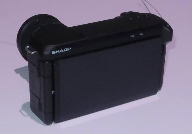 画像: 液晶モニターは可動式。高精細映像を確認用に画面サイズも大きく