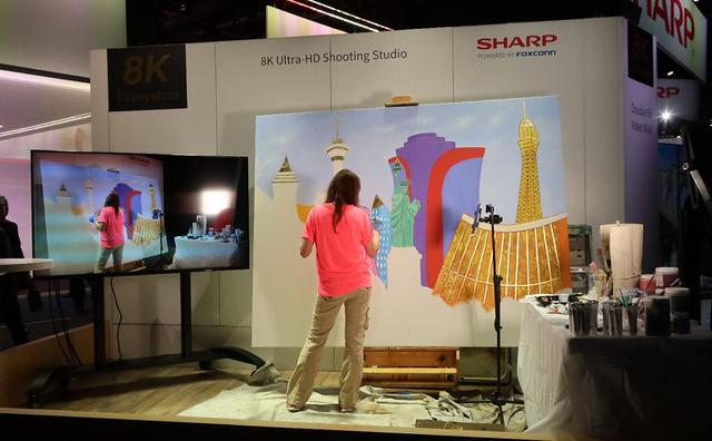 画像: シャープブースの入り口は描画の実演。それを8Kカメラで撮影し、8Kテレビで再生している