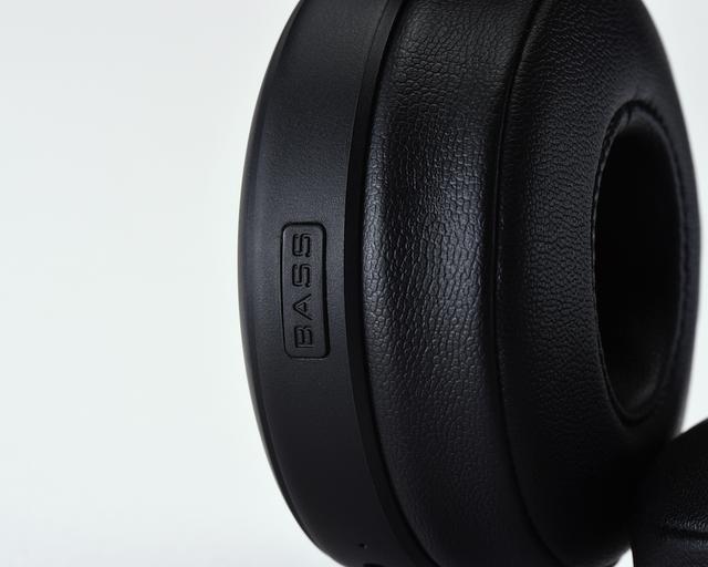 画像: ワイヤレス・ヘッドホン HA-XP50BTの低音に厚みを持たせるバスブーストモードは、右側の前部に配置されたボタンでオン/オフの切り替えが簡単にできるようになっている