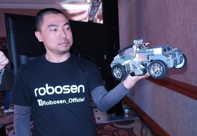 画像: 変身ロボットをいとおしむSu氏