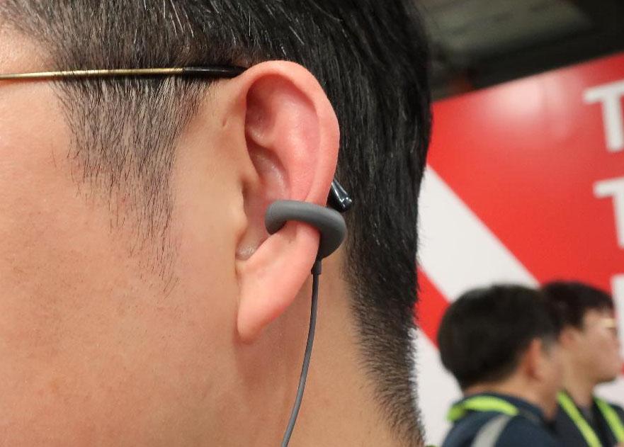 画像: 音楽は細い音道管を通って耳に届き、環境音はそのまま耳に流れ込む。外音を遮断しないので、周囲の危険や呼びかけにも気づける