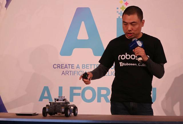 画像: スマホで、ロボットを制御するSu氏