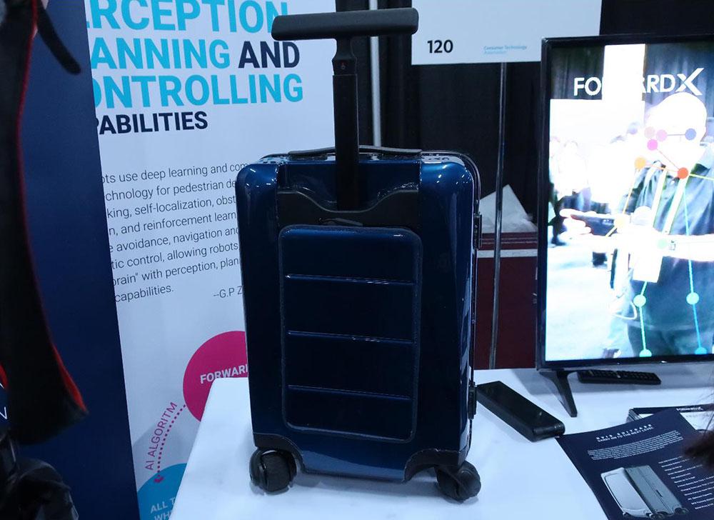 画像: ご主人さまの後を追いかけてくる「自走スーツケース」