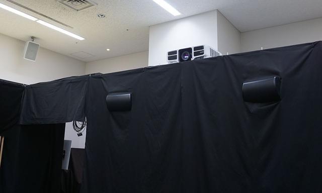 画像: 映像はエプソンの業務用4Kプロジェクターで投写している。その下段に見えるのがタンノイの同軸型プロ用スピーカー