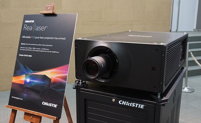 画像: 同時展示されていた「CP2315-RGB」は、シネマサイズの2K(水平2048×垂直1080画素)DMDパネルを3枚使ったDLPプロジェクターとなる。最高輝度は13500ルーメンで、コントラスト比は3000:1