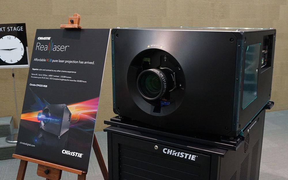 画像: 新製品の上位モデル「CP4325-RGB」。1.38インチのシネマサイズ4K DMDパネルを搭載している