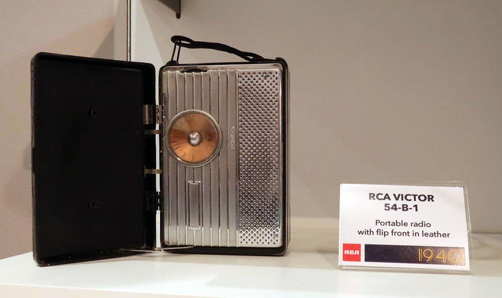 画像: RCA VICTOR「54-B-1」ポータブルラジオ(1946年)