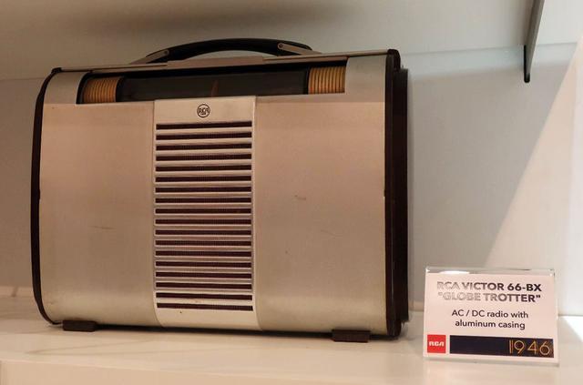 画像: RCA VICTOR「Globe-Trotter 66BX」ポータブルラジオはアルミニウム外装(1950年代)