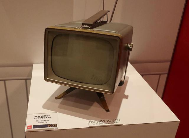 画像: RCA VICTOR「8PT7032」ポータブルテレビ。ブラウン管は8インチ(1956年)