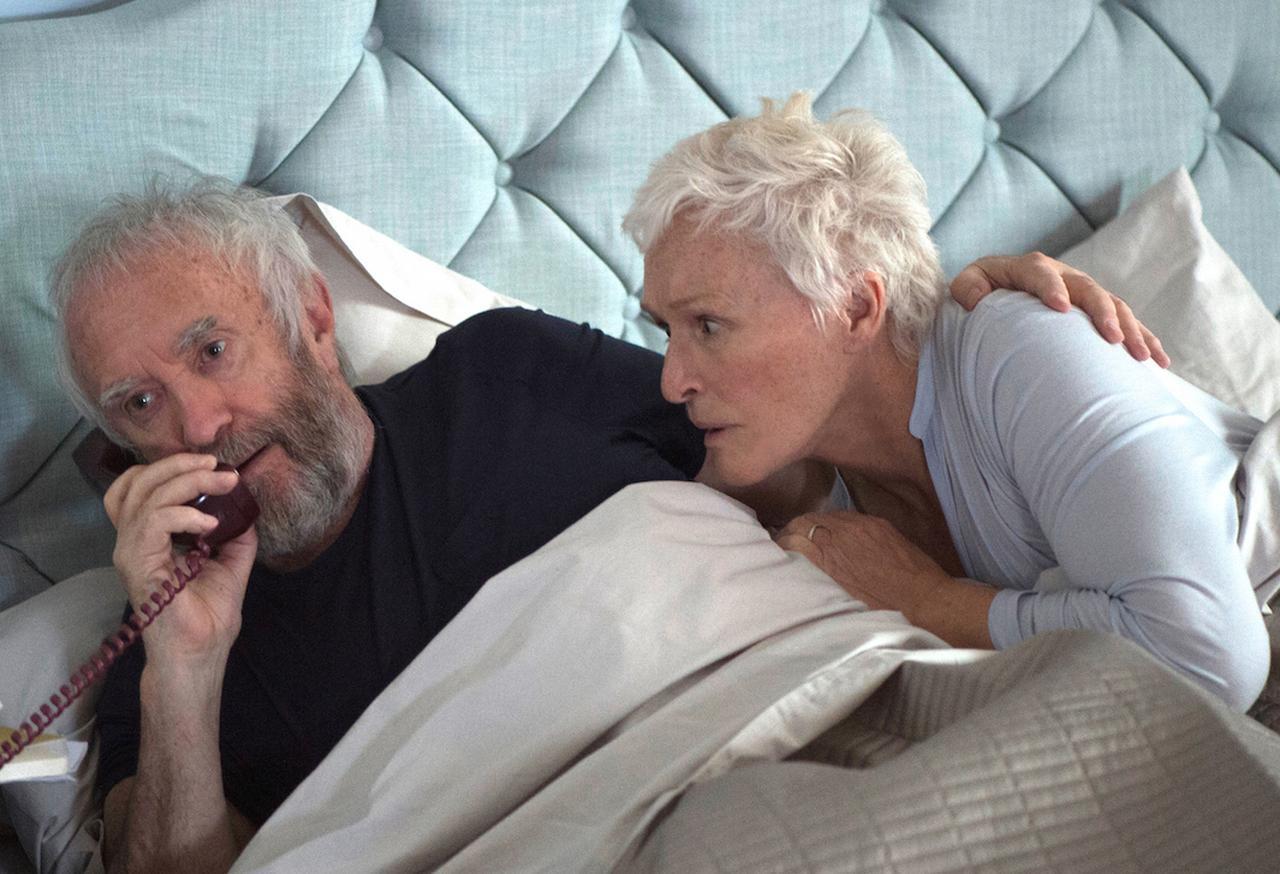 画像: ある朝、著名な作家のもとにノーベル賞受賞の知らせが入るところから始まる『天才作家の妻』
