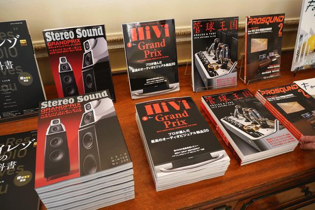 画像: 会場に展示した弊社刊行物。中国語版や韓国語版など、積極的に海外版の刊行も行なっている