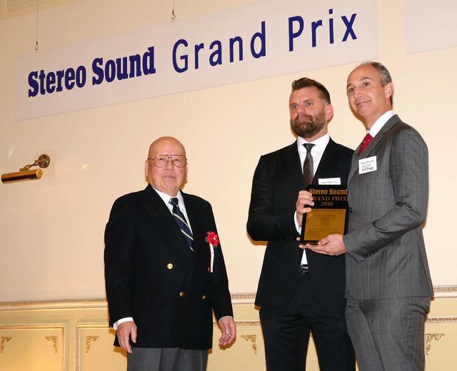 画像: ゴールデンサウンド賞を獲得したソナス・ファベールのJeff Poggi氏(右)とPaolo Tezzon氏(中央)