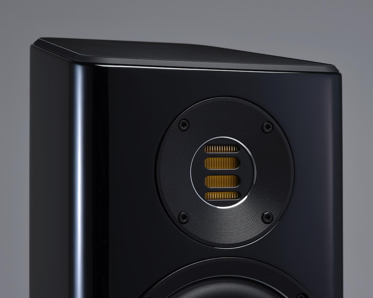 画像: 両モデルに搭載されるネオジウム磁気回路、カプトン製振動板を使った第5世代(V)JETトゥイーターは、前400シリーズと同一のもの。今回すり鉢のような新デザインウェーブガイドが組み合わされたことで、より理想的な放射特性が得られているという。クロスオーバー周波数は前400シリーズの2.5kHzから2.4kHzと下げられている