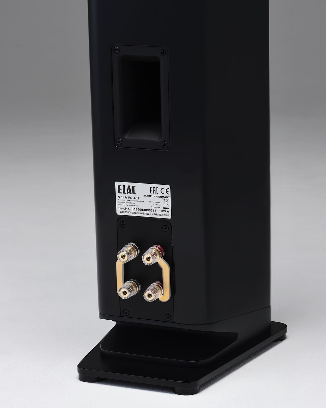画像: スピーカー端子は両機ともにバイワイヤリング接続対応。底面に見える「くの字」型の部分は下向き(ダウンファイアー方式)に設置されたバスレフポートの空気流動口になっている