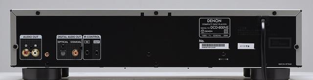 画像: ↑ネットワークプレーヤーのDNP-800NE(写真上)とCDプレーヤーのDCD-800NE(写真下)は共通のDACチップPCM1795を内蔵し192kHz/24ビットのFLACやWAV、DSD5.6MHzまでのハイレゾ再生に対応する。DNP-800NEのアナログ出力は固定レベル出力「FIXED」と内蔵ボリュウムを有効にする可変出力「VARIABLE」の2系統が備わる。またDNP-800NEは3段階「高/中/低」のゲイン切替えができるヘッドホンアンプも内蔵している