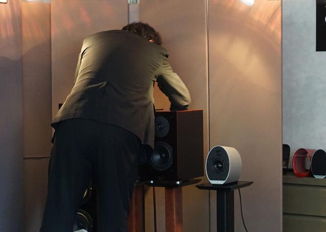 画像: スピーカーケーブルをつなぎ替える田中さん。今回の試聴でも最低7〜8回はつなぎかえていた