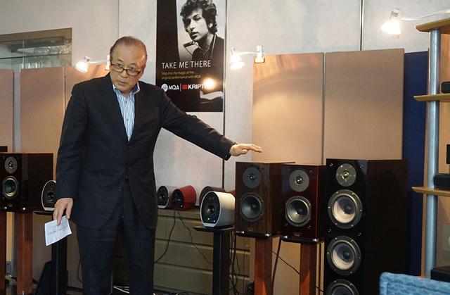 画像: 試聴機器についての解説をする渡邉さん。今回は右からふたつめのKX-0.5UBとその左隣のKX-0.5の違いを聴き比べている