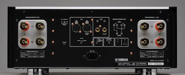 画像: ↑パワーアンプM-5000のリアカット。スピーカーターミナルは無垢の真鍮削り出しを採用し、バナナプラグ、Y字プラグ両方に対応している。M-5000を2台使ってモノーラルアンプとして使用するプリッジ接続モードももちろん用意されている