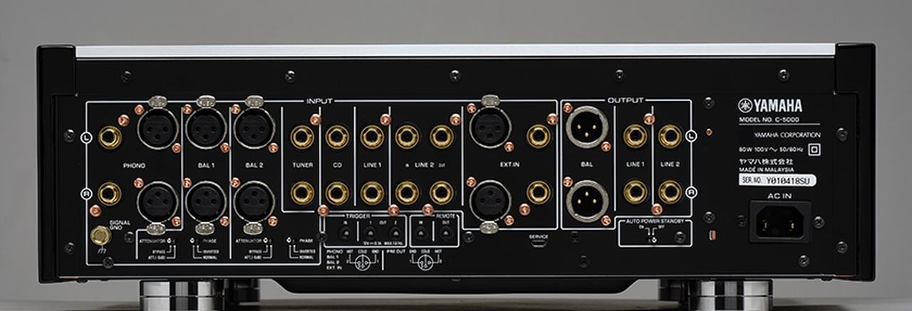 画像: ↑コントロールアンプC-5000。入力端子は左側、出力端子は右側に配置される形をとっており、上段が左チャンネル、下段が右チャンネルとチャンネルごとに一枚の基板に集約された結果、一列に並ぶ。この基板を背中合わせに配置し、信号経路の短縮を実現した。フォノ入力はMM/MC両対応で、バランス設計の回路を最大限に活かせるXLR入力も装備している