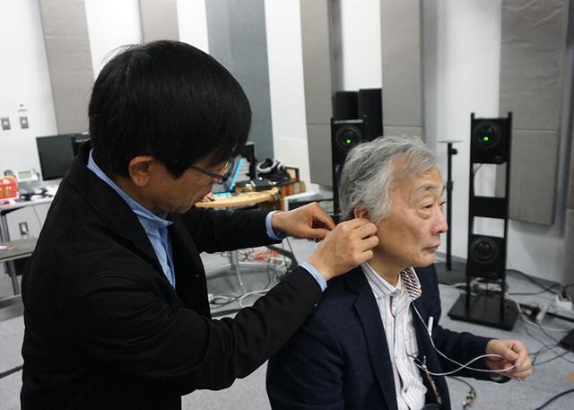 画像: ヘッドホンを使う場合は、個人の頭部伝達関数を最適化するために、測定を行なっている。実際に製品化する際には、スマホで撮影した写真を元に頭部伝達関数を算出する予定だ