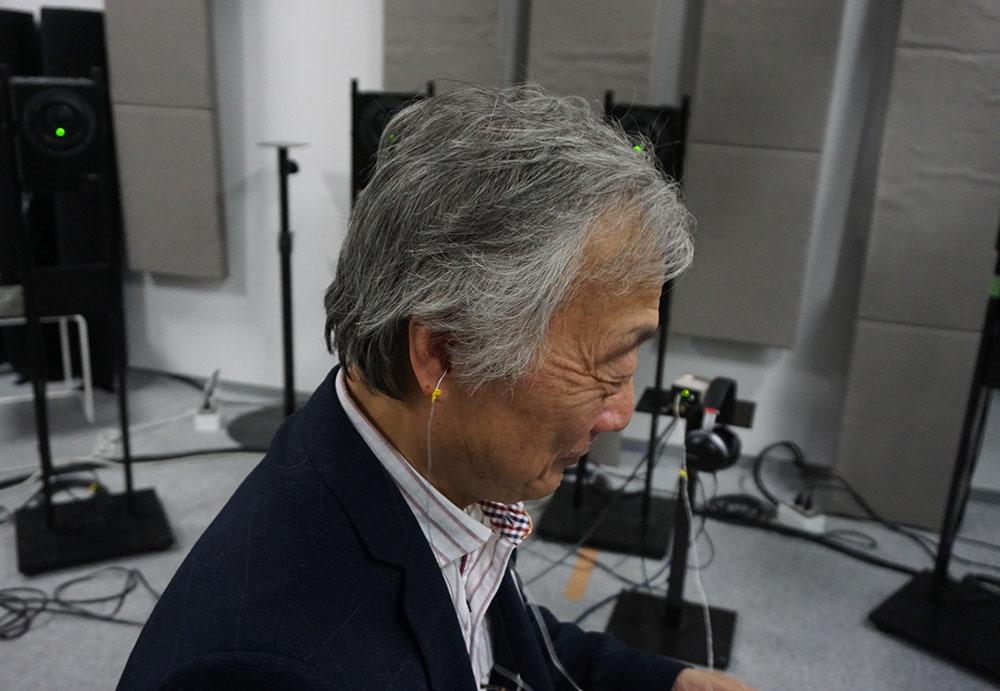 画像: 取材時は、耳の中にマイクを入れて測定を実施している