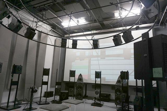 画像: インタビューは、ソニー社内の360 Really Audio試聴室で行なった。ここには上層、中層、下層に32個のスピーカーが設置されている。取材当日はそのうち13個のスピーカーで試聴した