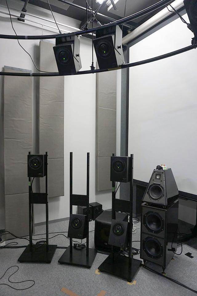 画像: 13個のスピーカーには、写真左に並んでいる同軸アクティブ型を使っている。下側に置かれているのが、本文で「南半球」と説明されていた音源位置に当たる
