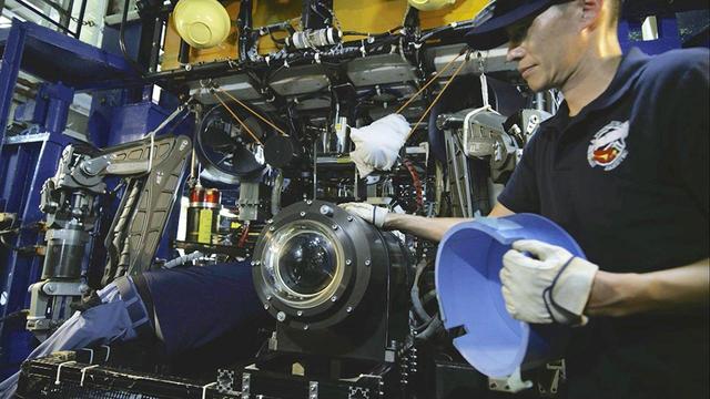 画像: 8Kカメラを格納する耐圧容器を新規に作っている (c)NHK