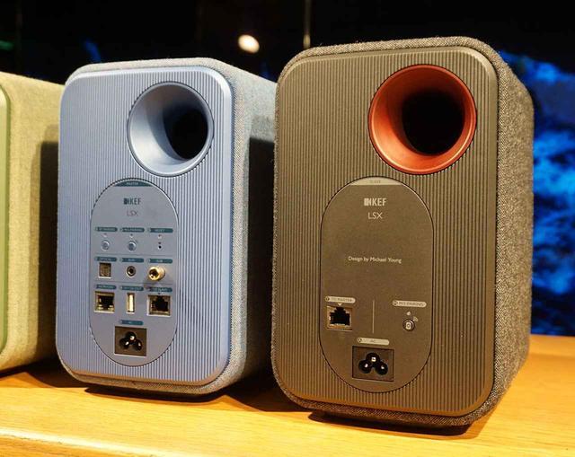 画像: 写真左がマスター機で、こちらに有線接続用のコネクター等が搭載されている。右はスレーブ機で、96kHz/24ビット信号を楽しみたい場合は、LANケーブルで両機をつなぐ