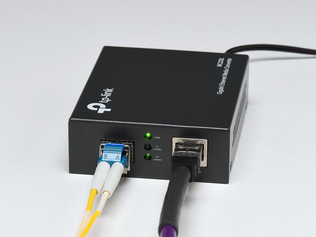 画像: ▲RJ45端子のLAN接続をSFP端子を使った光LAN接続に変換する光メディアコンバーターというアイテムも市販されている。今回はSNH-10GとS10間の接続で、TP LinkのMC220というコンバーターを用いてサーバーとハブ間も光LAN接続した
