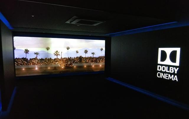 画像: ドルビーシネマの入り口には、上映作品に応じたビジュアルが展示されている