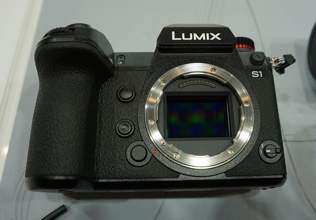 画像: S1のレンズを外したところ。35mmフルサイズのセンサーが見える