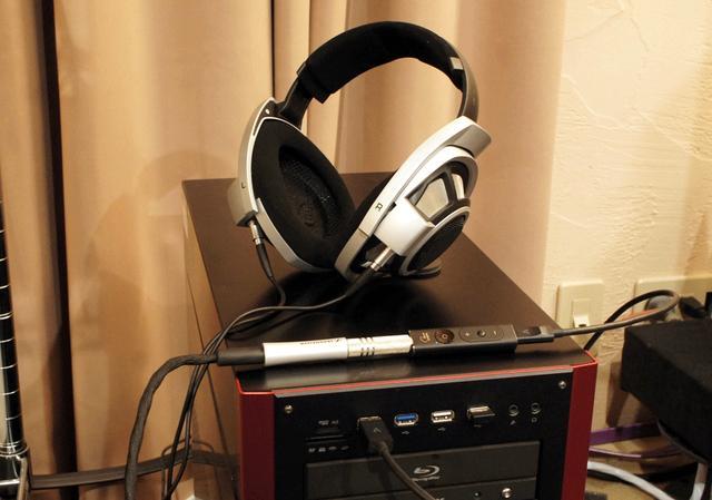 画像: ▲テストは、鳥居さんの自宅でも行なった。使用したヘッドホンは氏所有のゼンハイザー「HD800」