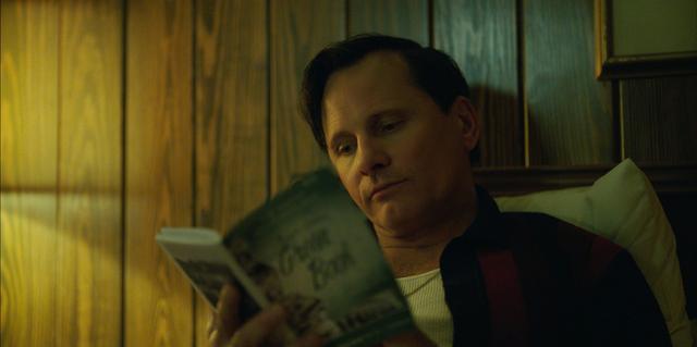 画像: トニーが手にしているのがグリーンブック。トニーとシャーリーは同じ宿に泊まれないことも……