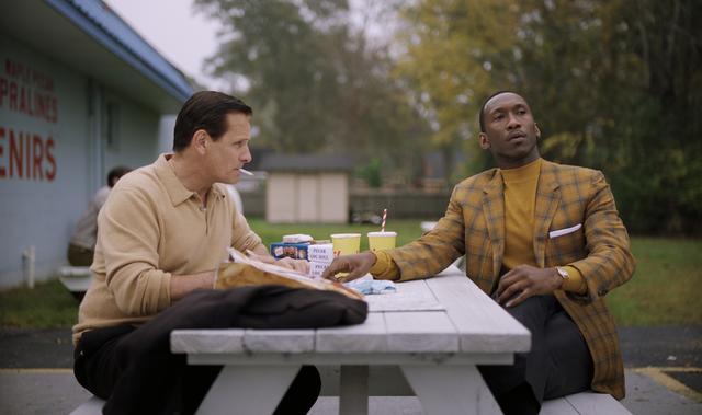 画像: ふたりの絶妙な掛けあいは見どころのひとつだが、なかでもシャーリーがトニーに手紙の書き方を伝授するシーンは名場面だ