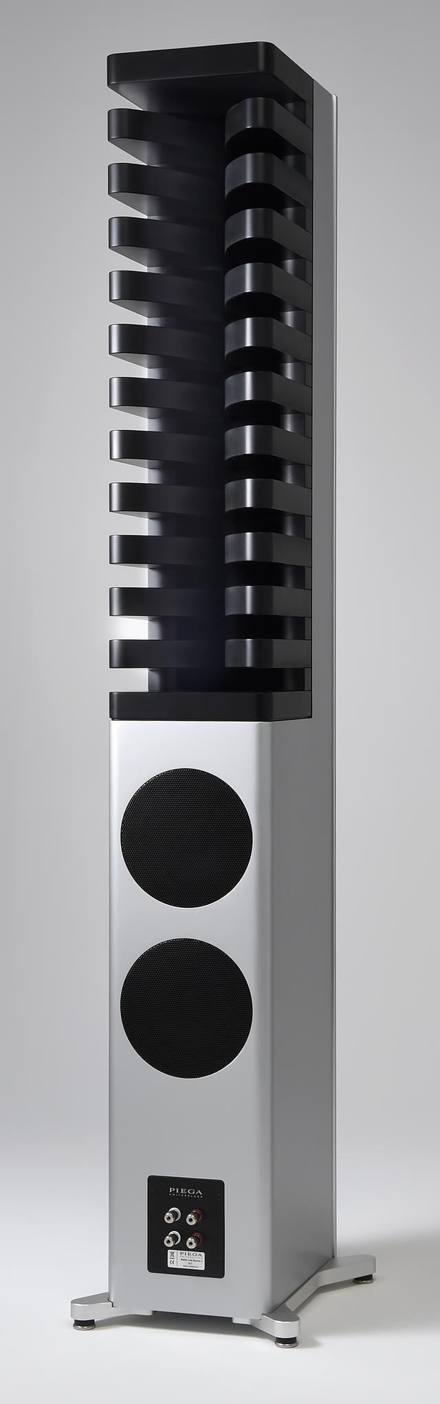 画像: 4基のリボン型ドライバーの背面に取り付けられた11段のMDF板(音響レンズ)により、音の拡散と後壁からの影響を少なくしている。チューニング用として、12個の専用スポンジも付属する。下部には、フロントの18cmウーファーと同口径のパッシブラジエーター2基を用意。スピーカー端子はバイワイヤリング対応で、Master Line Source 2にあった高域と中域の調整用トグルスイッチは廃された