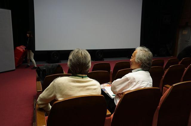 画像: 試写会場には、麻倉さんと酒井さんの姿も。スクリーンから1.5Hほどの中央というベストなポジションで『8K版 マイ・フェア・レディ』を鑑賞した