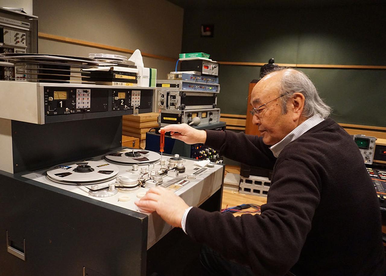画像: 日本コロムビア・武沢 茂チーフエンジニアの手により、各テープに最適なアジマス調整が施された