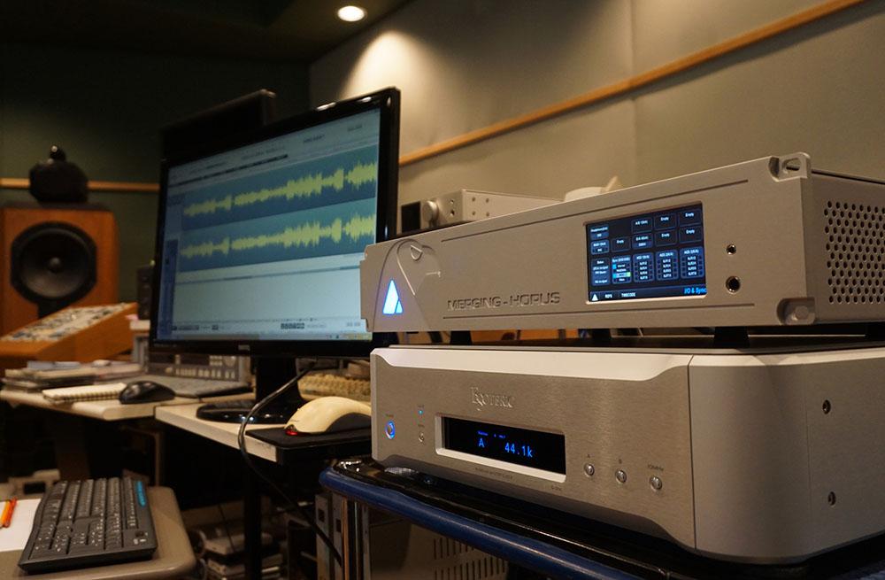 画像: DSD 2.8MHzへのA/D変換には、マージング・テクノロジーズ社のピラミックスとHORUSコンバーターを使用。クロックジェネレーターはエソテリックG-01Xを使っている