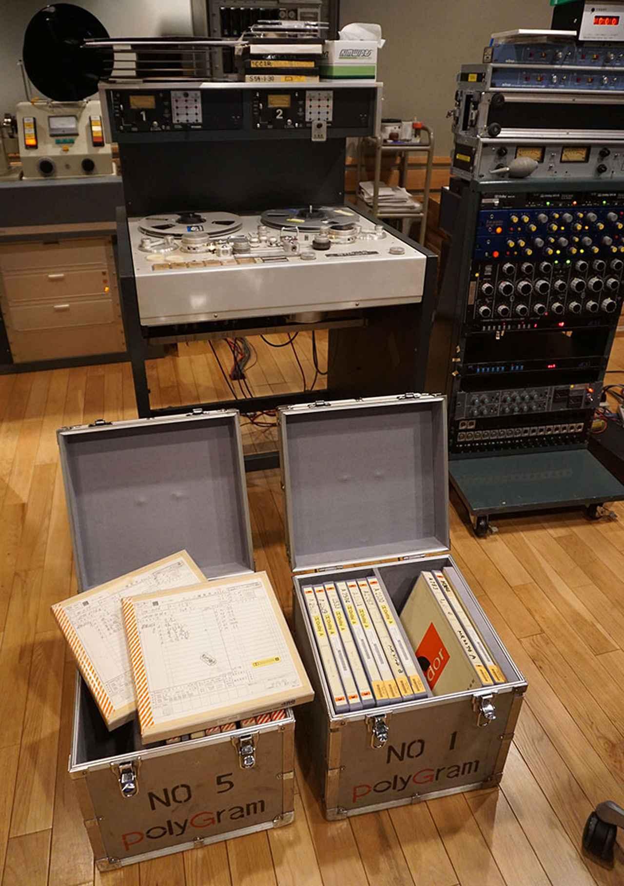 画像: 日本コロムビアのスタジオに、貴重なアナログ・マスターテープを持ち込んで、スチューダーのA80デッキで再生を行なっている