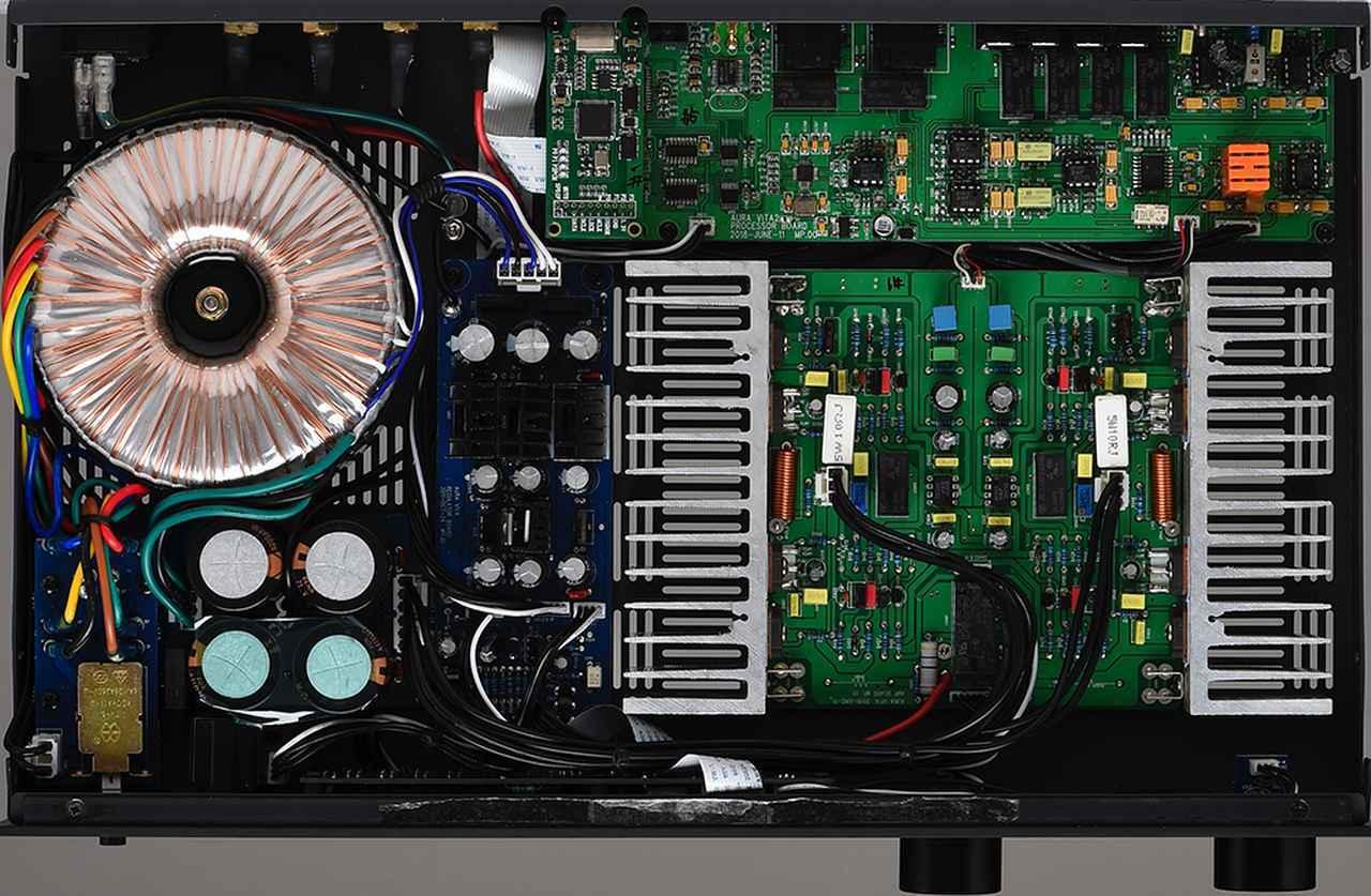 画像: vita Premium Black Editionの内部は、左側にトランスを含む電源部、右側に増幅部など各種回路基板を配する形になっている。内部配線材に独ムンドルフ社のものを用い、ELNA製の整流コンデンサーも搭載するなどオリジナル機に比べて、プレミアムな仕上がりになっている