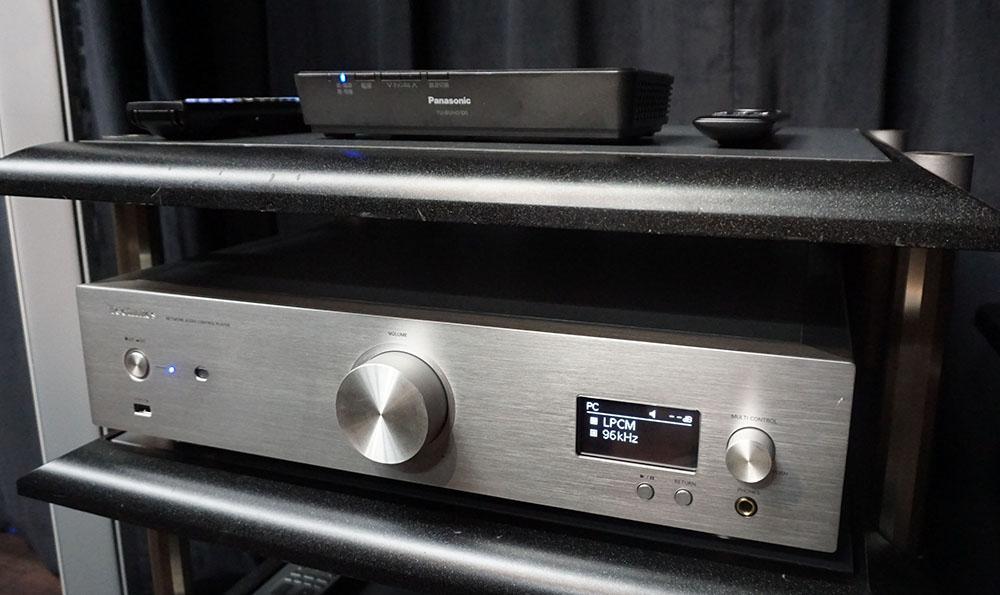 画像: アンプとスピーカーはテクニクスのR1シリーズを使用。今回はアプリの関係もあり、ハイレゾ音声はUSBケーブルでSU-R1に入力している