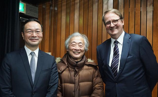 画像: 会場に来ていた麻倉さん(中央)と、ベルリンフィルメディア取締役のローベルト・ツインマーマン氏(右)。おふたりはIFAでの取材等を通して既に顔馴染みだった