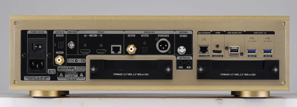 画像: ↑リアパネルにはHDD/SSD取り付け用スロットがふたつ用意されている(シリーズの他モデルはひとつ)。各スロット最大6TバイトのHDD/SSDを取り付けられるので、最大容量は12Tバイトということになる(HDD/SSDは別途購入が必要)。DACとの組合せは、USB接続のほか光、同軸出力や、HDMIなどを使ったI2Sデジタル出力にも対応している