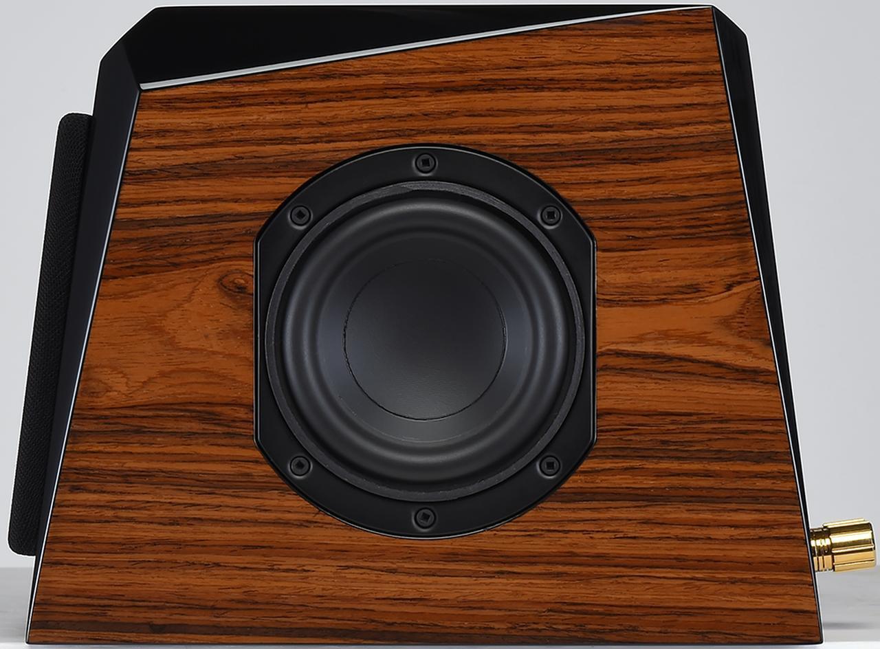 画像: ピアノブラックと木目を組み合わせた仕上げのONE+ONE V2+。側面には低音再生力を高めるパッシブラジエーターが備わる